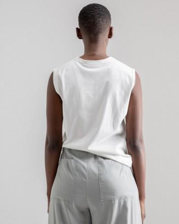 Sleeveless simple T-Shirt...